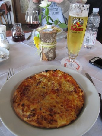 St. Peter im Schwarzwald, Alemania: Amazing pizza & a cold beer after a hike in the Schwarzwald.