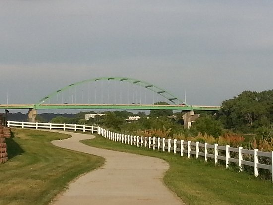 Sioux City, IA: Riverside walk behind hotel