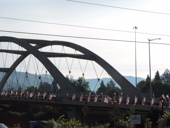 Best Western Inn at the Rogue: Flag day on the bridge