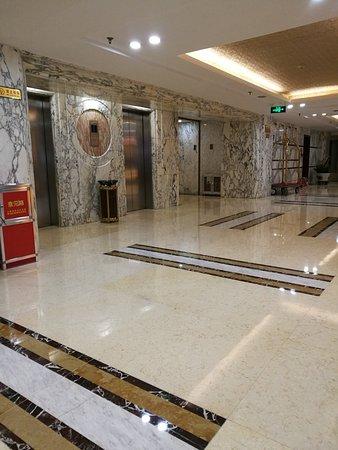 Lian Yun Hotel: Lift
