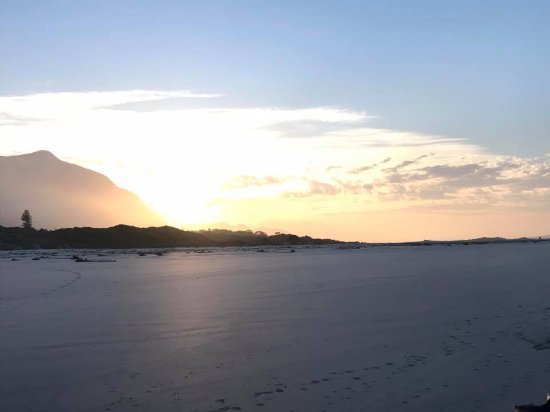 Hermanus, Afrika Selatan: Sunrise on Grotto Beach