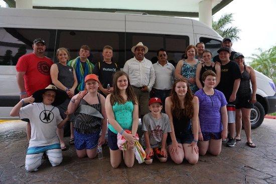 Helaman Tours : Gabriel, our driver, and 3 families