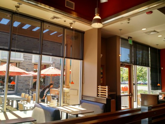 Pleasanton, CA: Inside and outside dining area