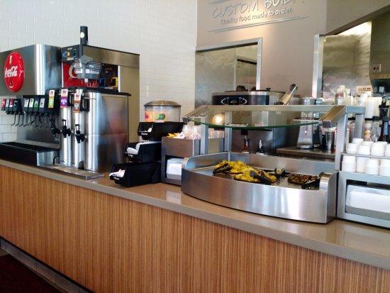 Pleasanton, CA: Beverage and condiment area
