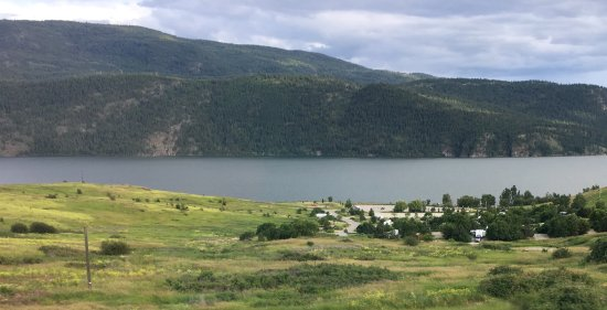 Vernon, Canadá: Looking down at campground from Highway 97