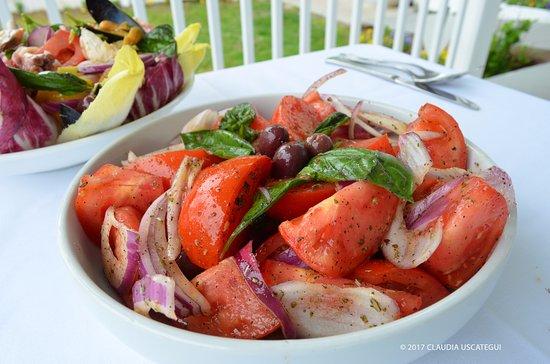 Aquebogue, นิวยอร์ก: Tomatoes and Onion Salad, iL Giardino Restaurant by John Gambino, North Fork, NY
