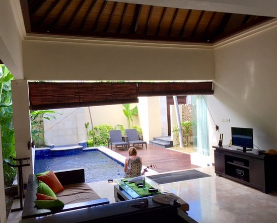 RC Villas & Spa: open living room to pool