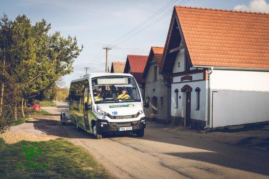Znojmo, Tschechien: Trasa Vinobusu sklepní uličkou