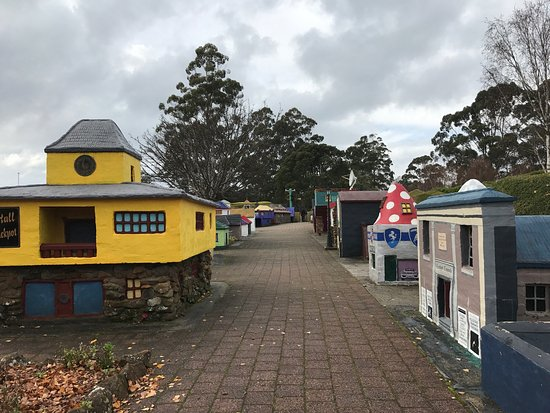 Promised Land, Australië: The village of Lower Crackpot were quirky with few funny but corny jokes. The Embassy's of the W