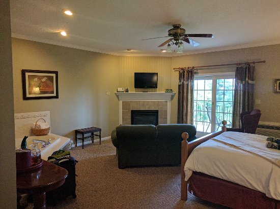South Sterling, PA: La Calais - whirlpool on left, fireplace,view, feet on bed!