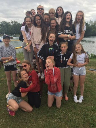 Datchet, UK: Trying to make the hour wait fun by letting the girls show how hungry they were.