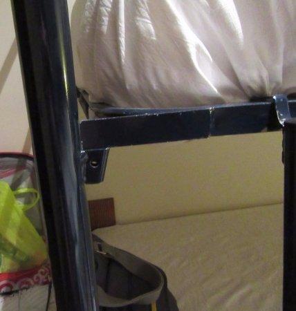Albolote, España: Spanie na łóżku piętrowym grozi wypadkiem