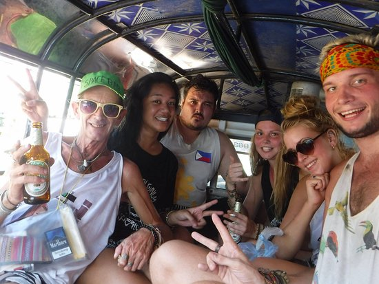 Easy Go Backpacker Hostel: We like to do things as a group!