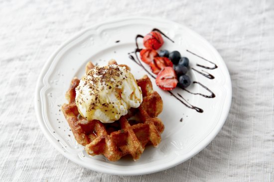 Eyrarbakki, Iceland: Belgian waffle with vanilla ice cream, caramel sauce and fresh berries