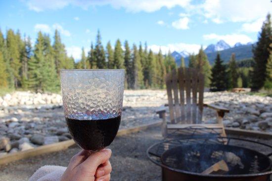Baker Creek Mountain Resort: Enjoying wine by the creek