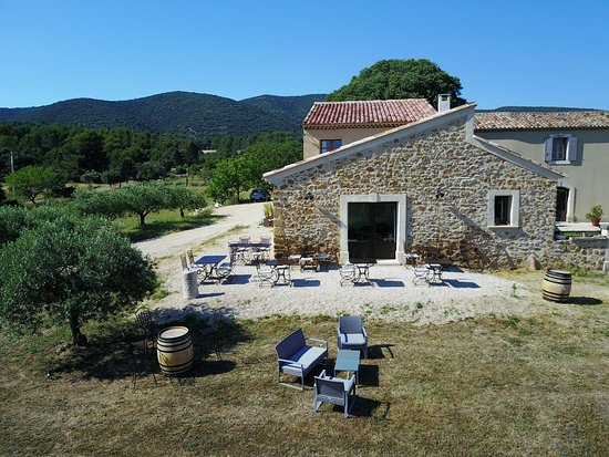 Lauris, France: La salle de réception et sa terrasse