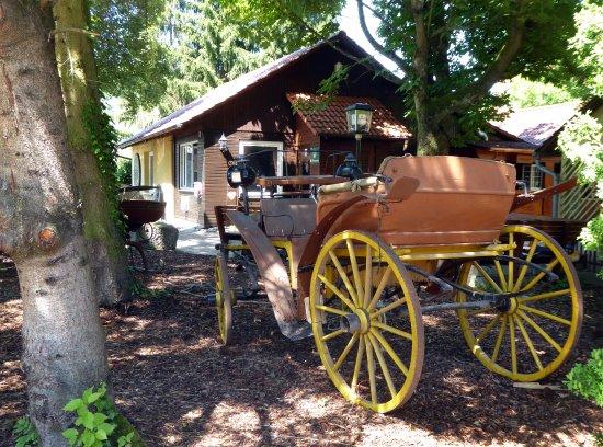 Forchtenberg, Alemania: Schön dekoriert mit alten Kutschen
