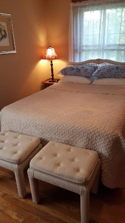 1922 Starkey House Bed & Breakfast Inn : The sweet and romantic Sycamore Room awaits with ensuite bath