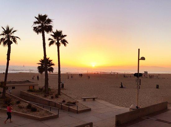 Эрмоса-Бич, Калифорния: View as the sun sets off the balcony in room 217