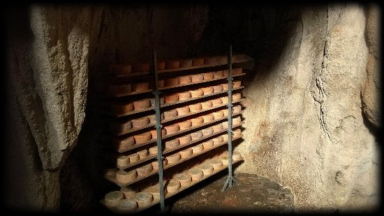 Sotres, España: Cueva de maduración quesería main
