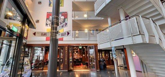 WestCord Art Hotel Amsterdam: de centrale hal waar de receptie zit