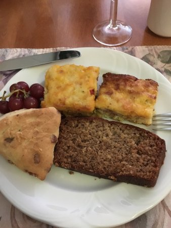 Kindred Spirits Country Inn & Cottages: Wonderful baked egg quiche, banana bread and scone