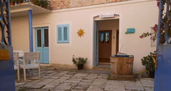 Veli Lošinj, Croacia: Ultramarin art garden and entrance to the shop,galery and atelier