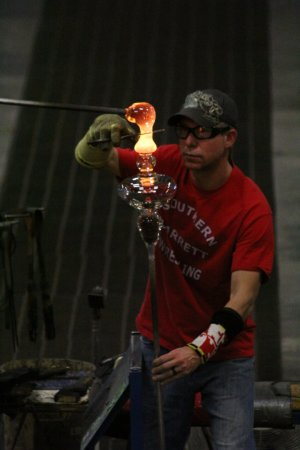 "Mountain Lake Park, Μέριλαντ: Many glass pieces are made by ""building"" a piece by adding molten glass to a base piece."
