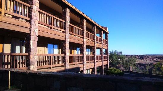 Cameron Trading Post Grand Canyon Hotel: Fachada balconada