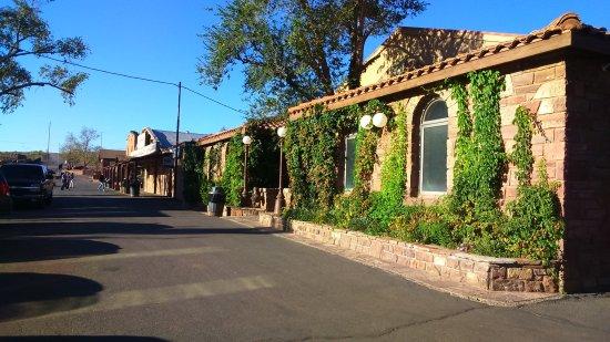 Cameron Trading Post Grand Canyon Hotel: Zona de tienda y restaurante