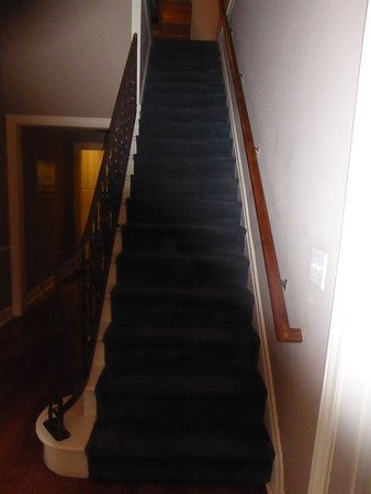 Cinnamon Bear Creekside Inn: Stairs to 2nd floor