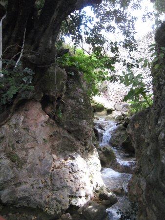 Ojen, Espanha: et même une petite cascade (en mai)