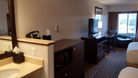 Holiday Inn West Yellowstone: Sink, Chest, Coffee Maker, TV, Desk, Sitting area.