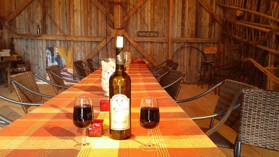 Magnetic Hill Winery : Table seating within the restored barn/shed