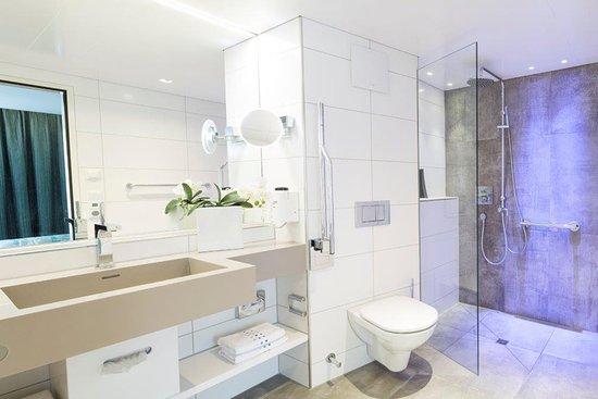 Hirschen: Modernes Bad Mit Regendusche