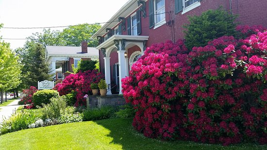 North East, Pennsylvanie : Gardens in bloom outside front of building