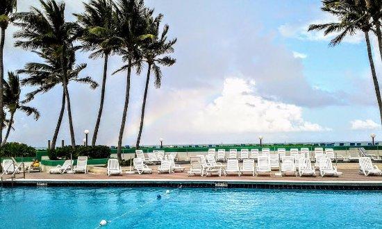 Golden Strand Ocean Villa Resort: Un arcoirirs sobre la piscina del resort