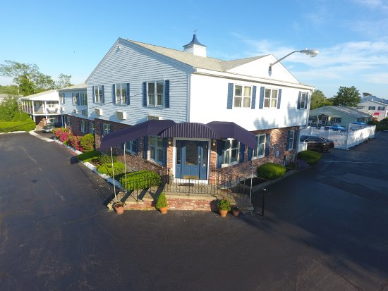 Tidewater Inn: Front View