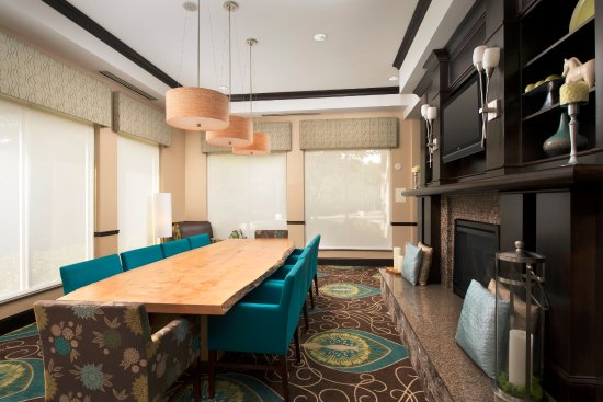 Hilton Garden Inn Huntsville South: Hotel Lobby Seating with Fireplace