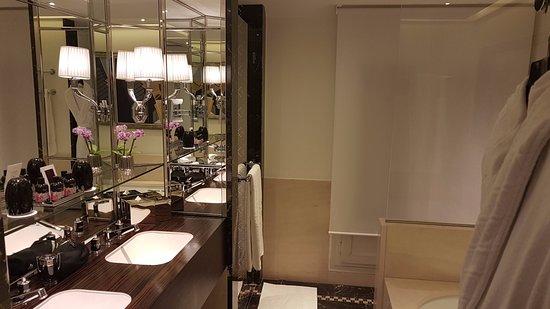 Prince de Galles, a Luxury Collection Hotel: Bathroom 2