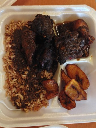 Ewing, Nueva Jersey: Jerk chicken with rice and peas and fried plantains