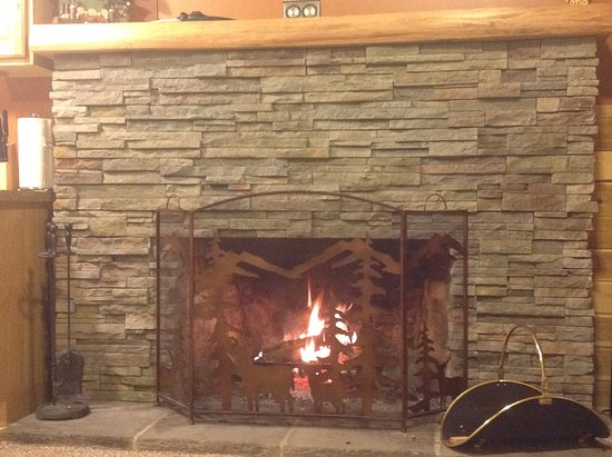 Mounthaven Resort: Alder cabin fireplace