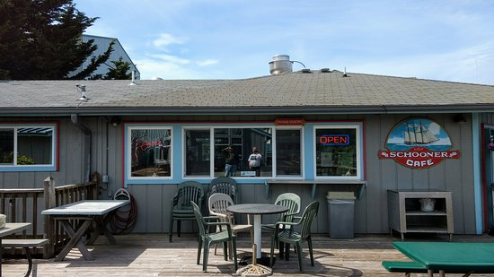 Reedsport, OR: Schooner Inn Cafe for amice late lunch!