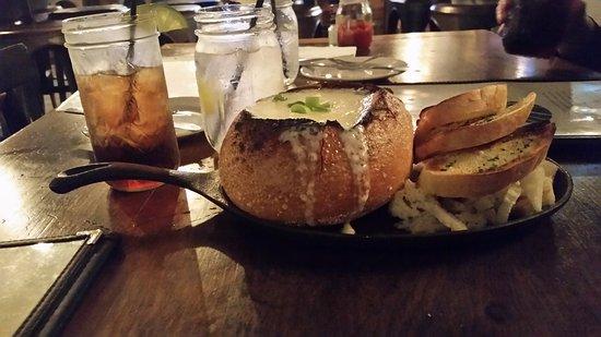 Florida, NY: Yummy cheese fondue in a breadbowl