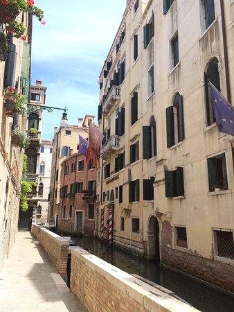 Duodo Palace Hotel: Vue de la suite, Délicieux petit dej  Vue de l'extérieur, côté petit canal ou nous sommes arrivé