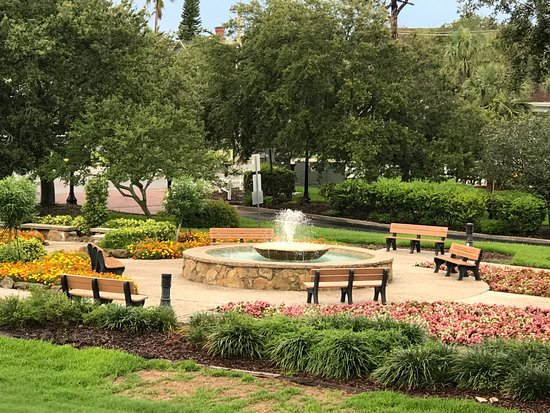 Ormond Beach, FL: Flowers, Benches, Water Fountain - very beautiful!