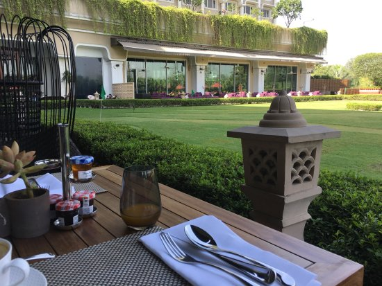 Hotel The Raj: This is the breakfast area overlooking the putting green and pool. The definition of relaxation