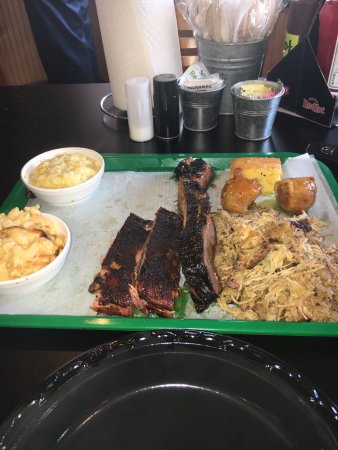 Summerfield, FL: Awesome BBQ that was poppas special  U get a lot of BBQ for the price 3 could share this plate!