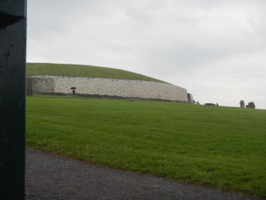 Graafschap Dublin, Ierland: Burial mound at distance