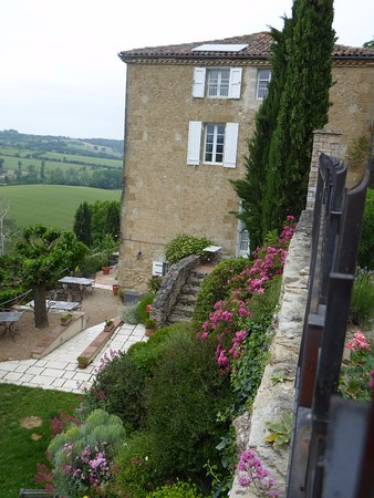 Cuq en Terrasses: The Lauragais Room separate entrance behind the tree